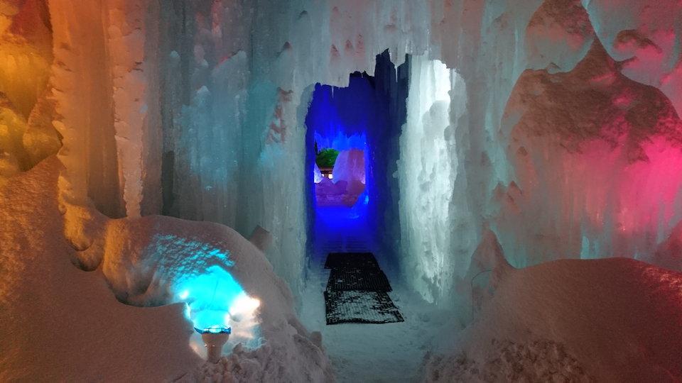支笏湖氷濤まつりブルーシャトー付近ブルーの通路