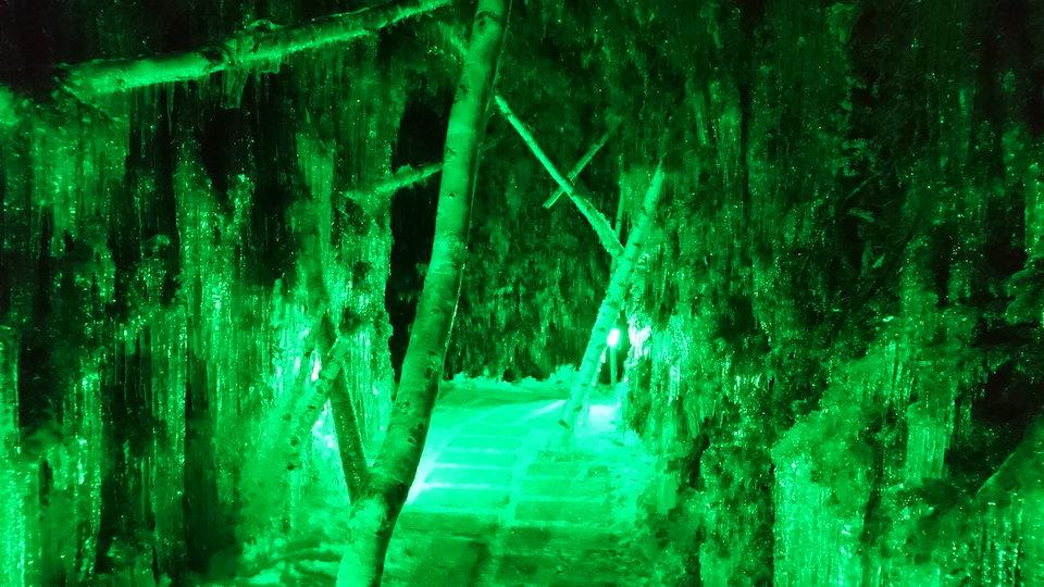 支笏湖氷濤まつり苔の洞門険しい通路