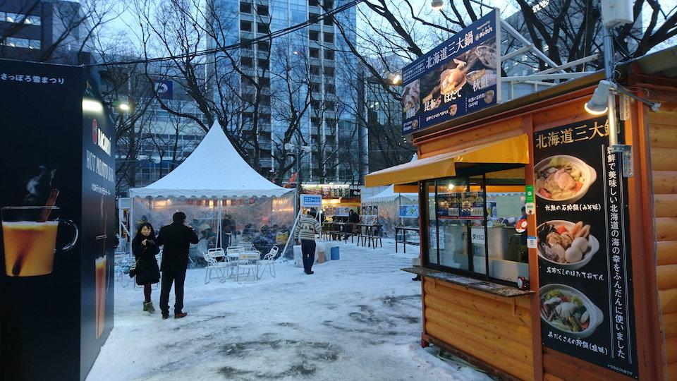 さっぽろ雪まつりの食の広場の通路付近