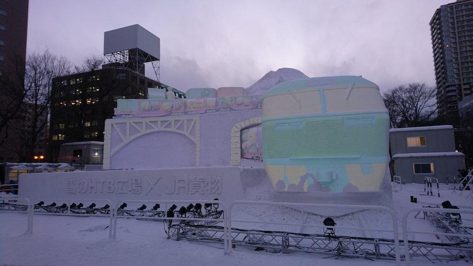 さっぽろ雪まつりのHTB広場JR貨物プロジェクションマッピングの電車正面