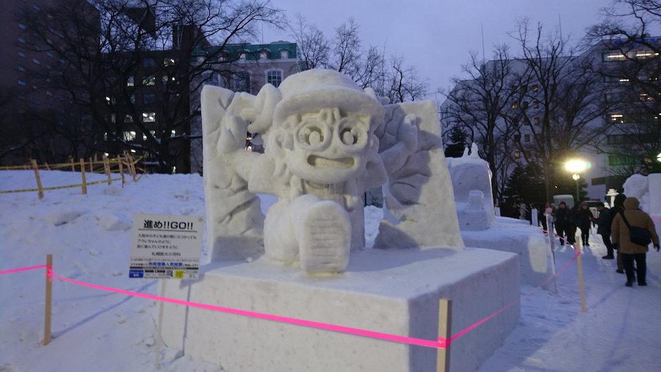 さっぽろ雪まつりのアラレちゃんの雪像
