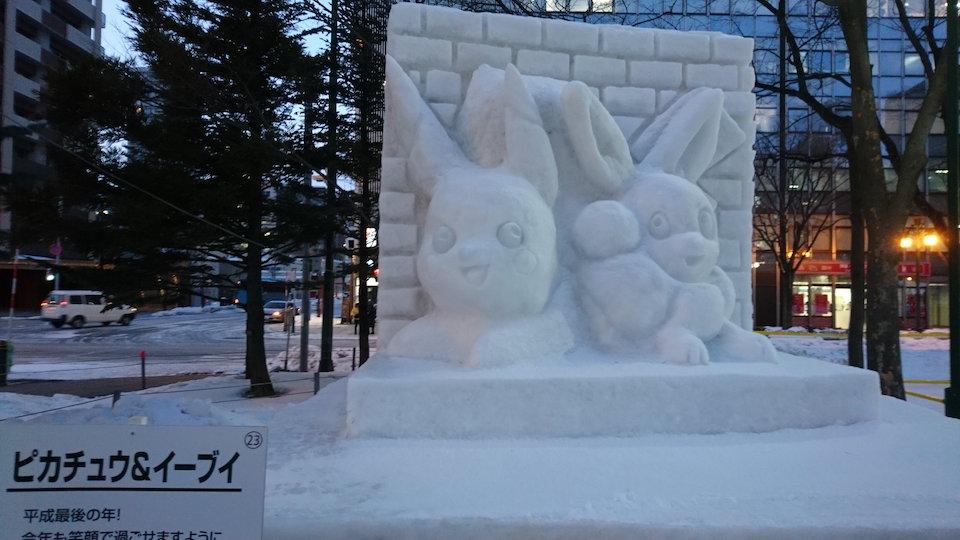さっぽろ雪まつりのピカチュウとイーブイの雪像