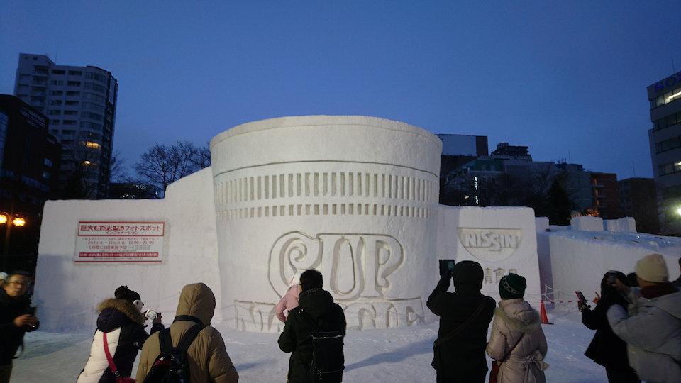 さっぽろ雪まつりのカップラーメンの雪像