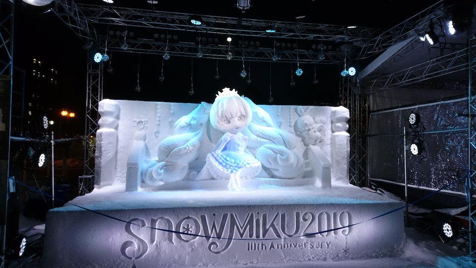 さっぽろ雪まつりの特設ステージ上の雪ミク