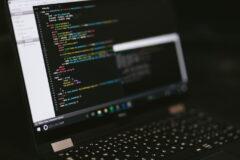 ノートパソコンの画面に表示されたプログラムコード
