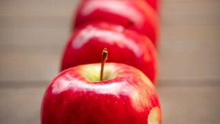 縦一列に並んだリンゴ