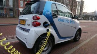 充電中の小型電気自動車