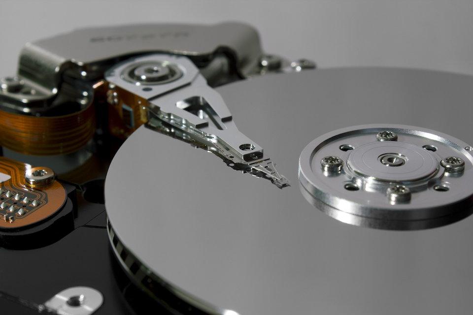 ハードディスクのヘッドとディスク