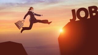 キャリアアップのためジャンプしている人