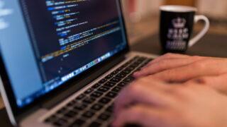 ノートパソコンでプログラミングをする人