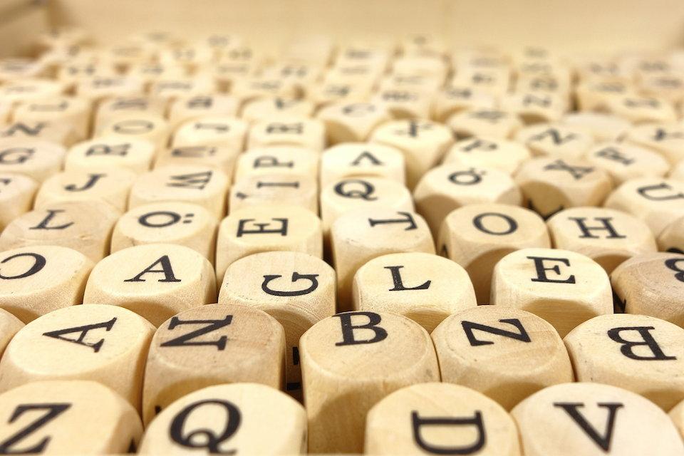 木製のアルファベットのキューブ
