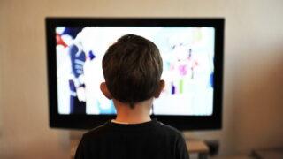 テレビ リビング 子供