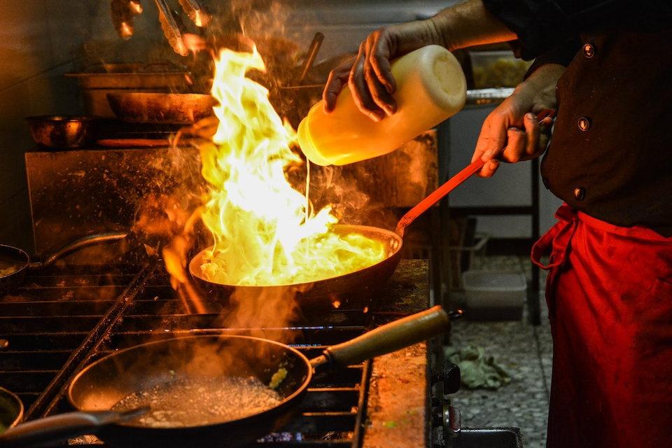 料理 調理 フライパン 炎