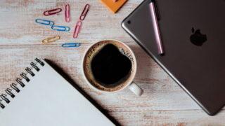 コーヒー 閉じたパソコン メモ帳 クリップ 付箋