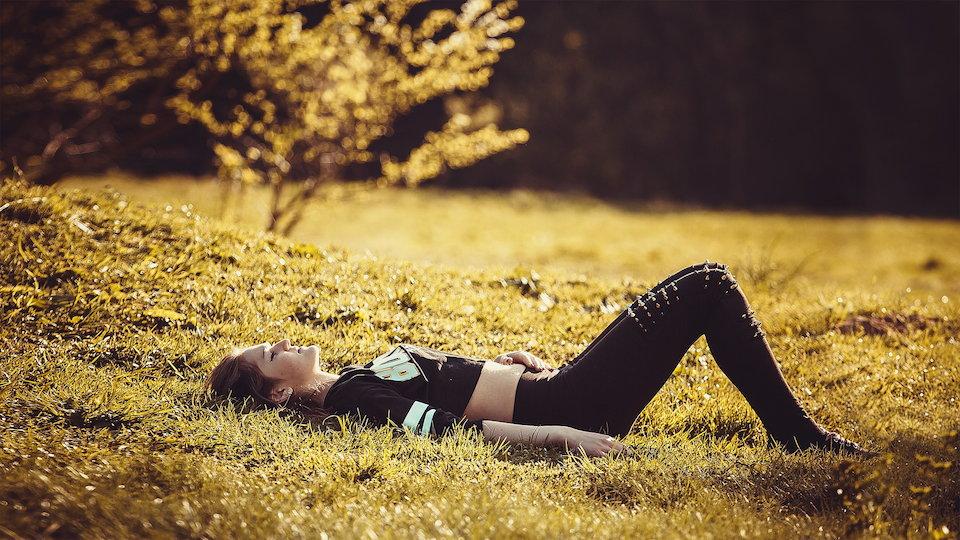 自然 草原 休憩 女の子 寝そべる